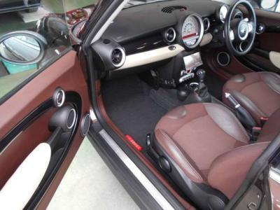 助手席は運転席以上にスペースがあり同乗者の方も足を伸ばしてドライブを楽しんでいただけます!