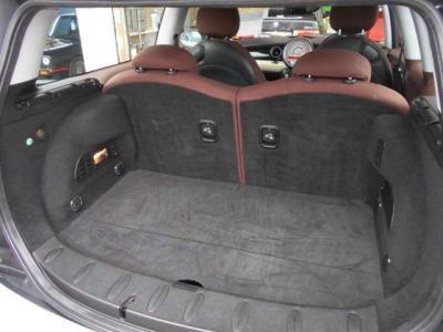 普段使いでは困らない容量を持ったトランク。後席二脚は前方へ倒せるようになっているので大きいものを積む際も安心です! カバーの下にもスペースが隠されています。