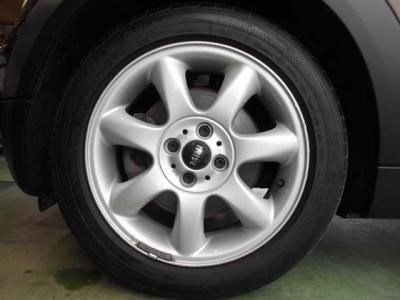 足元には専用の16インチアルミホイールをセットしMINIの丸くてキュートな車体にピッタリなデザインのホイールとなっております!