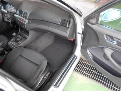 足元に余裕のある助手席にも電動シートを装着。アルカンターラ生地は肌触りもよく、ホールド感あるスポーツシートがスポーツ走行中もしっかりサポートしてくれますよ。