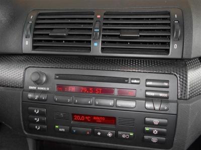 室内の雰囲気を損なうことのないシンプルな純正CDデッキが装備されています! エアコンはオートモードが付いているタイプで冷風,温風共に効きは良好です。