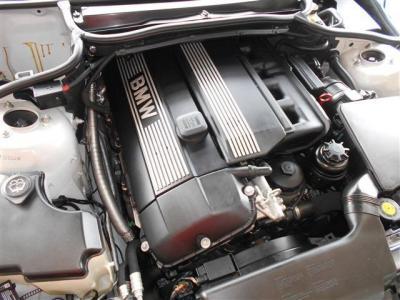 搭載されているのはM54 3.0L直列6気筒DOHCエンジンは231ps/5900rpm、30.6kg・m/3500rpmを発揮。様々なドライブシーンでパワフルで余裕の走りを見せてくれます。