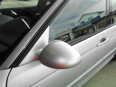 スポーティさと空力を追求したエアロミラーが取り付けられていて、トランクにはスポイラーが装着されています。 アルミホイールと合わせてサイドビューが一段とカッコイイですよ。