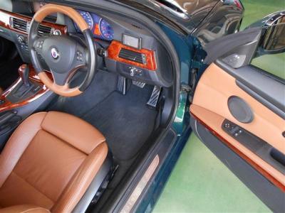 クーペ独特の広さを誇る運転席は、ホールド性の高い本革の電動スポーツシート。メモリー機能に加えランバーサポート調整機能も付いているのでオーナー様にフィットする姿勢で運転が可能です。