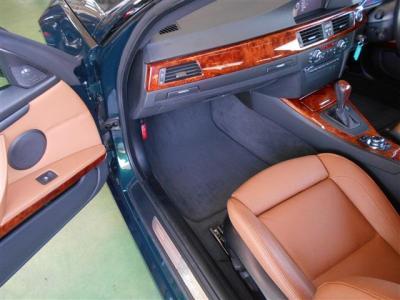 空間に余裕の有る助手席もサイドサポート機能付きパワーシートで、前席は女性に嬉しいシートヒーター機能付き!助手席前には格納式のカップホルダーも付いてます!