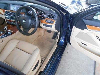 余裕のある運転席には、Mスポーツ専用電動スポーツシートが装備され、ロングドライブでも疲れにくくなっております! 上質なレザーを使用したシートはメモリー機能も付いているのでご家族での共有にも便利です!