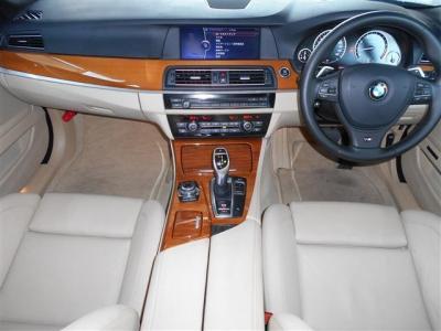 清潔感の漂うベージュ系のシートに、室内の雰囲気を明るくしてくれるウッドパネルの組み合わせで、BMWのアッパーミドルクラスといった上質な空間を演出しており、5シリーズに相応しい内装になっています。