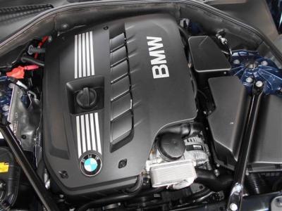 F10最後の直列6気筒DOHCエンジンは馬力258ps トルク31.6kg・mを発生します。是非F10最後のシルキーシックスを満喫して下さい。