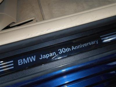 Mスポーツをベースに、専用カラーディープシーブルーを纏い、更に専用ウッドパネルやベージュレザーシートが装備され、Mスポーツとラグジュアリーを組み合わされた200台限定車に仕立てられています。