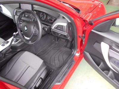 男性でも十分な広さをもった運転席、ハーフレザーシートは使用感が少なく乗降性に優れたデザインになっています。