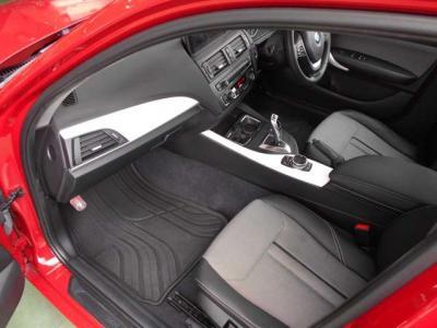 助手席にも運転席同様ハーフレザーシートを装備。広いスペースを確保しているので足を伸ばしていられます!フロント・サイドエアバッグも装備、安全性の高さもBMWをおすすめできる理由の一つです!!
