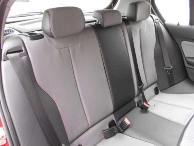 後席も前席同様のハーフレザーシートになっております。先代にくらべボディサイズが拡張されている為後席にもゆとりがあります。 ISOFIX式チャイルドシートに対応していますよ!
