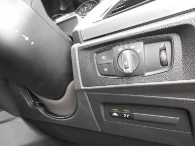 ヘッドライトには、周囲の暗さに感応してライトが点灯するオートライトを装備し、更に映像をもとに車線を認識し、車線を逸脱しそうになるとドライバーに知らせるレーンディパーチャーも装備しています。