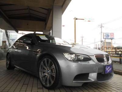 希少色スペースグレーのE92型M3 6MT M Drivelogic!! 左ハンドルで充実装備の1台です。 ☆ご購入後のメンテナンスも元BMW正規ディーラーメカニック多数在籍の「つたえファクトリーに」お任せ下さい!!