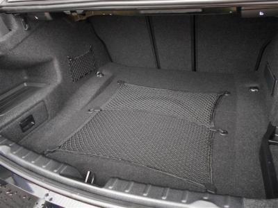 トランクは先代E90型より20L拡張された480Lの大容量。間口も広くより多くの荷物を積み込めます!! 背もたれを倒せば更に容量アップし、スノーボード等長物も積み込めますよ。