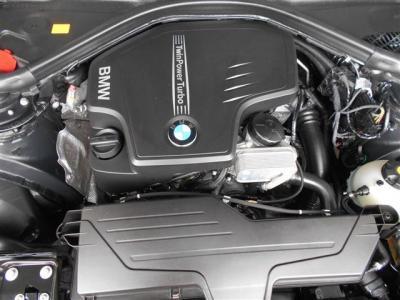 搭載される2L直列4気筒DOHC直噴ツインスクロールターボのエンジンは、245PS/5,000rpm、トルク35.7kg・m/1,250-4,800rpmを発揮し、BMWエンジンのレスポンシブでスムーズな加速を体感することができます。