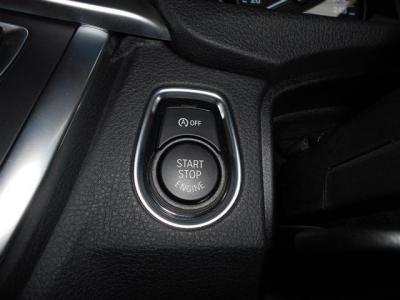 スマートキーを採用しているので鍵をポケットに入れたままエンジンの始動が行えます。 そしてアイドリングストップ機能も付いているので燃費の向上と環境保護にもなりますね。