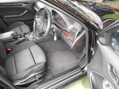 必要十分なスペースの運転席にはMスポーツPKGのエアバック付き本革3本スポークのステアリングとホールド性の高いスポーツシートが装備されています。