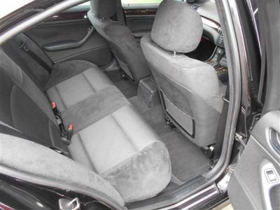 大人でも十分くつろげる居住空間を確保した後部座席は、セダンならではの広い開口部は乗り降りも楽ですね。中央のひじ掛けを倒して2座面で使用することで更に快適に過ごせますよ。