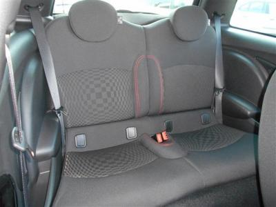 前席のわきにあるレバー1つで背もたれが倒れ、シートが前にスライドして後席へのアプローチが出来ます。2ドアなので後席間口の狭さは否めませんが、中は天井も高くお子様を乗せるのに十分な空間が確保されています。
