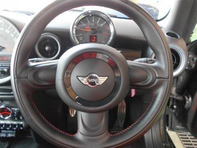 運転席にはデザイン性豊かな本革の3本スポークのステアリングがあり、使ってみるとグリップ感やスポークの角度、操作性も考慮されたものだと気づきます。この型から電動パワステになり取り回しが楽になっています。