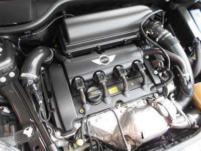 搭載される直列4気筒DOHC16バルブターボエンジンは、211ps/26.5kg-mの強大なパワーとトルクを発生させます。 6速マニュアルトランスミッションと合わせミニの駆け抜ける歓びがこの1台に詰まっています。