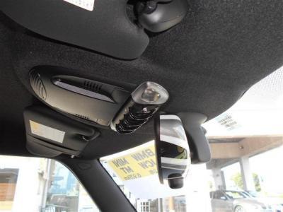 ミラーには車内のワンポイントとしてユニオンジャックのカバーが取り付けられていてマップライトのスイッチと合わせてMINI特有の雰囲気を作り上げています。