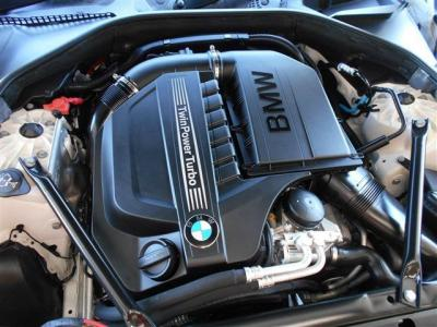 エンジンは、直列6気筒DOHC3000ccターボエンジンを搭載。 ターボのタイムラグが少なくレッドゾーンまで綺麗に回る自然吸気エンジンのような扱いやすいさが自慢です。