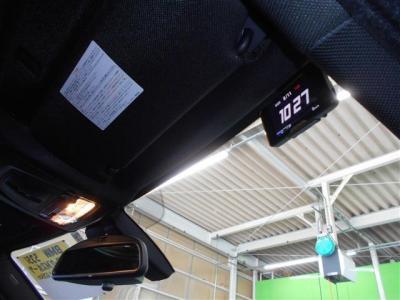 ミラー一体型の純正ETCも勿論装備。視界が広くなったミラーにETCがスッキリ収まっていて車内のスタイルを崩しません。 フロントガラスの右側にはレーダーも装備しています。