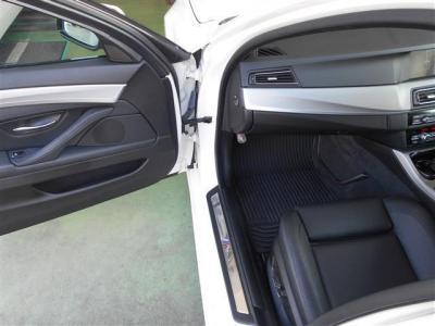 ホイールベースが伸び居住性が向上して助手席もゆとりの空間を確保しています。パワーシートの細かな調整機構で快適なドライブをお楽しみください。フロアマットがゴム製なので手入れがしやすく痛みずらいですよ。