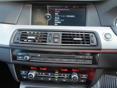 純正ナビゲーションには、CD,DVDはもちろん、ミュージックサーバー機能付きで、更に純正地デジ付きでテレビ視聴も可能です!左右独立エアコンは、運転席と助手席、別々に温度設定が出来ますよ。