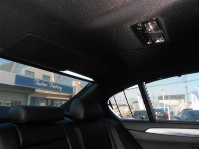 リアシートに座る大切なパートナーを直射日光から守り、プライバシーの保護にもなるブラインドを装備。高級感のある5シリーズに相応しい装備ですね。