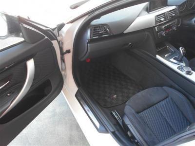 助手席は同乗者に疲れを感じさせないほどの広いスペースが確保されていて、運転席同様のスポーツシートが装備されています。オットマンシートになっているため、足を伸ばして楽に座っていることが可能です!