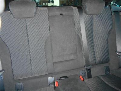 ヘキサゴンクロスとアルカンターラのコンビネーションシートの後部座席はクーペといえど十分な広さを確保しており、ガラスが大きく広がっている為広く感じ、長距離ドライブでも疲れづらくなっていますよ。