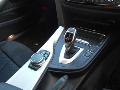 電子油圧制御式8速ATはスタイリッシュなデザインでマニュアルモードもついています。隣のスイッチでエコモード・コンフォートモード・スポーツモード・スポーツモード+(制限付きスポーツモード)を選択できます。