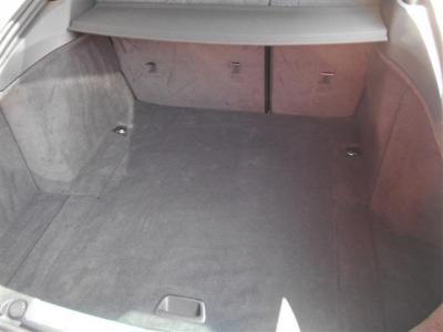 トランク容量はなんと480L! 後部座席を前に倒せば容量は倍以上の1300リットル!! 間口が広いのでリヤシート2/3を倒すだけでもキャディバッグが縦に積める広さがあります!