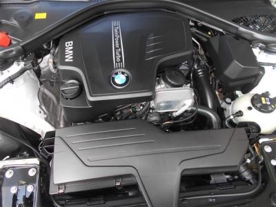 搭載される2L直列4気筒DOHC直噴ツインスクロールターボのN20エンジンは、馬力184ps トルク27.5kgを発揮し、BMWエンジンのレスポンスの良い吹け上がりが楽しめます。
