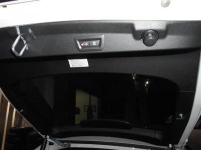 ハッチバックタイプのリアドアなので間口が広く荷物の出し入れが楽に行えます。 オートマチック・テールゲートも装備され、スマートキーでテールゲートの開閉が行なえるのでとっても便利です!!