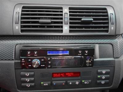 室内の雰囲気を損なうことのない社外インダッシュナビが装備されています! エアコンはオートモードが付いているタイプで冷風,温風共に効きは良好です。