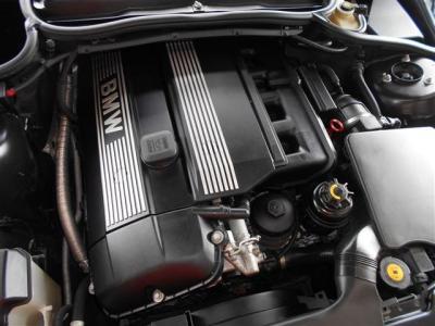 搭載されているのはM54 3.0L直列6気筒DOHCエンジンは231ps/5900rpm、30.6kg・m/3500rpmを発揮。様々なドライブシーンでパワフルで余裕の走りを見せてくれます。シルキーシックスを貴方の物にして下さい。