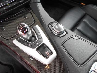 走りと高効率を両立する7速のMダブル・クラッチ・トランスミッション(M DCT Drivelogic)。足廻り等のセッティングがボタンで行えるMドライブ付きでスイッチを押すだけで車の挙動が変わります。