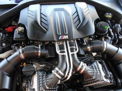 4,400cc、V型8気筒ツインターボというモンスターエンジンは560馬力、トルク69.3を発揮。パワフルな運動性能を誇り、刺激的で官能的なサウンドを奏でます。