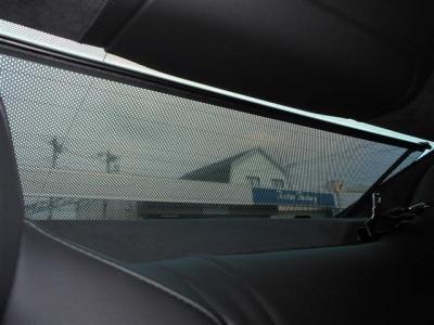 リアシートに座る大切なパートナーを直射日光から守り、プライバシーの保護にもなるブラインドを装備。走りだけではなく快適な時間を過ごせるようにも配慮したプレミアムスポーツカーに相応しい装備ですね。