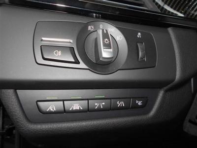 ライトスイッチ下にはインテリジェントセーフティやナイトビジョン、ヘッドアップディスプレイのスイッチがレイアウトされています。 走りだけではなく安全性能にもこだわった装備も充実しています。