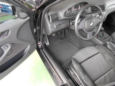 運転席はメモリー機能付きの電動スポーツシートで無段階でベストなドライビングポジションを設定できます。ドライバー側に向けられたセンターコンソールが走りのBMWイズムを感じさせます。