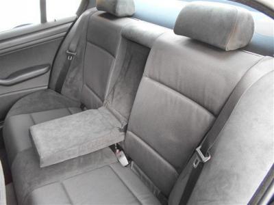 セダンならではの間口部が広く乗降性の高い後席には、大人二人でも十分くつろげる居住空間が確保されています。 シート中央の背もたれにはアームレストが内蔵されていますよ。