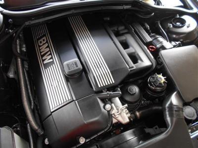 搭載されているのはM54エンジン。 3.0L直列6気筒DOHCエンジンは231ps/5900rpm、30.6kg・m/3500rpmを発揮。様々なドライブシーンでパワフルで余裕の走りを見せてくれます。