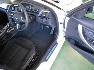 空間に余裕のある運転席にはメモリー機能付きの電動スポーツシートが装着され、しっかりとした座り心地でホールド性も高くロングドライブでも疲れづらくサイドサポートも付いています。