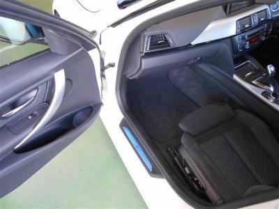 足元に余裕のある助手席にも運転席同様のスポーツシートが装着され、電動シート特有の細かい設定とヘッドレストの調整が先代よりも多彩になってます。
