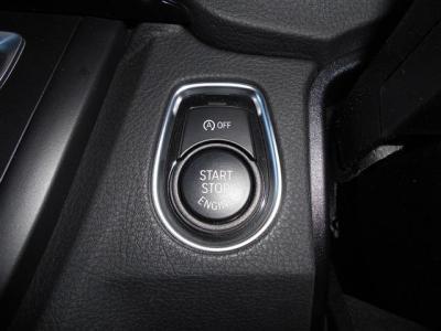 スマートキーを採用しているので鍵をポケットに入れたままエンジンの始動が行えます。 そしてアイドリングストップ機能も付いているので省エネから環境保護にもなりますね。